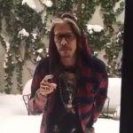 Steven Tyler śpiewa i rzuca się w śnieg. Zobacz zabawny film wokalisty Aerosmith