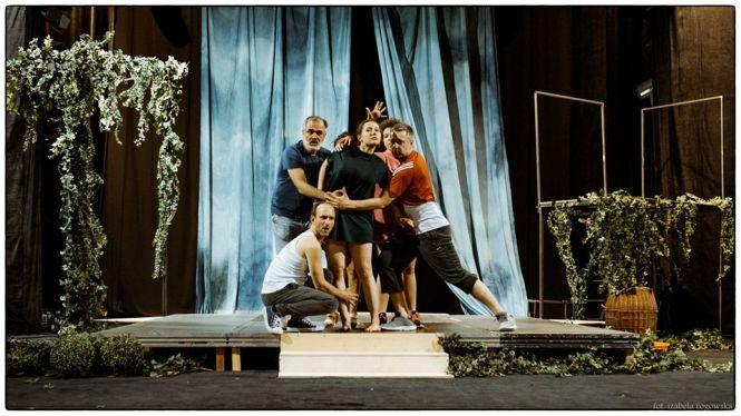 """Spektakl """"Dziękuję za Różę"""" zaskakuje scenografią i oprawą muzyczną."""