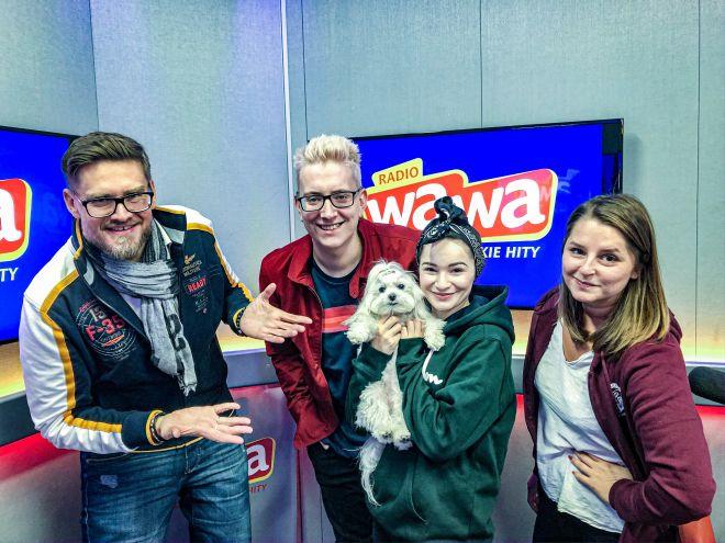 Ewelina Lisowska wraz ze swoim psem maltańczykiem odwiedziła studio Radia WAWA