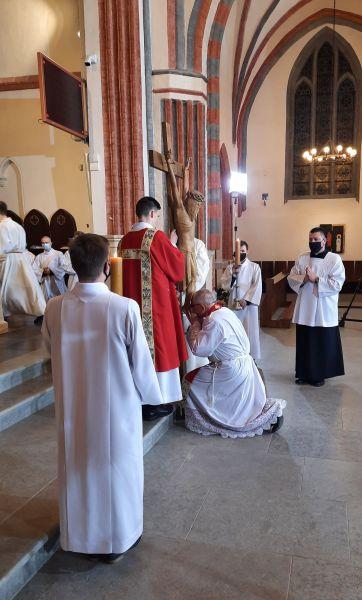 Adoracja Krzyża w koszalińskiej katedrze w czasie Liturgii Męki Pańskiej